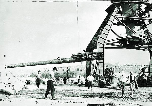 Выгрузка орудия ЭМ «Фрунзе»