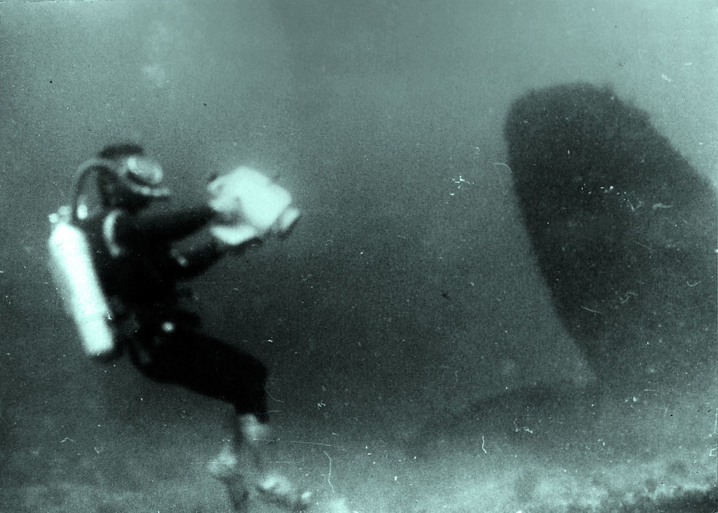 Аквалангист у винта(?) затонувшего судна