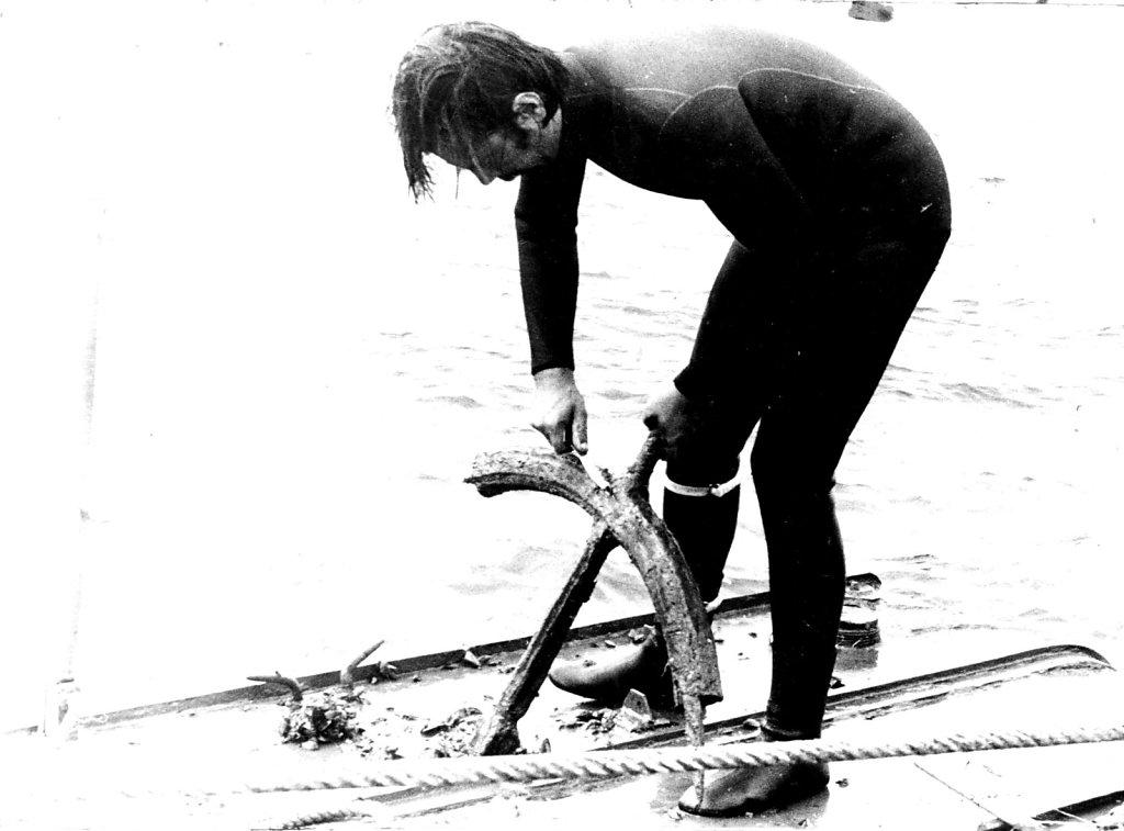 Николай Николенко очищает штурвал какого-то затонувшего судна