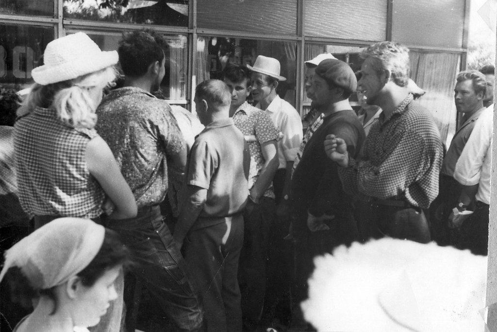 Садковцы стоят в очереди за пивом