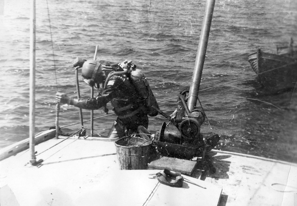 Погружение аквалангиста с борта «Дельфин-2»