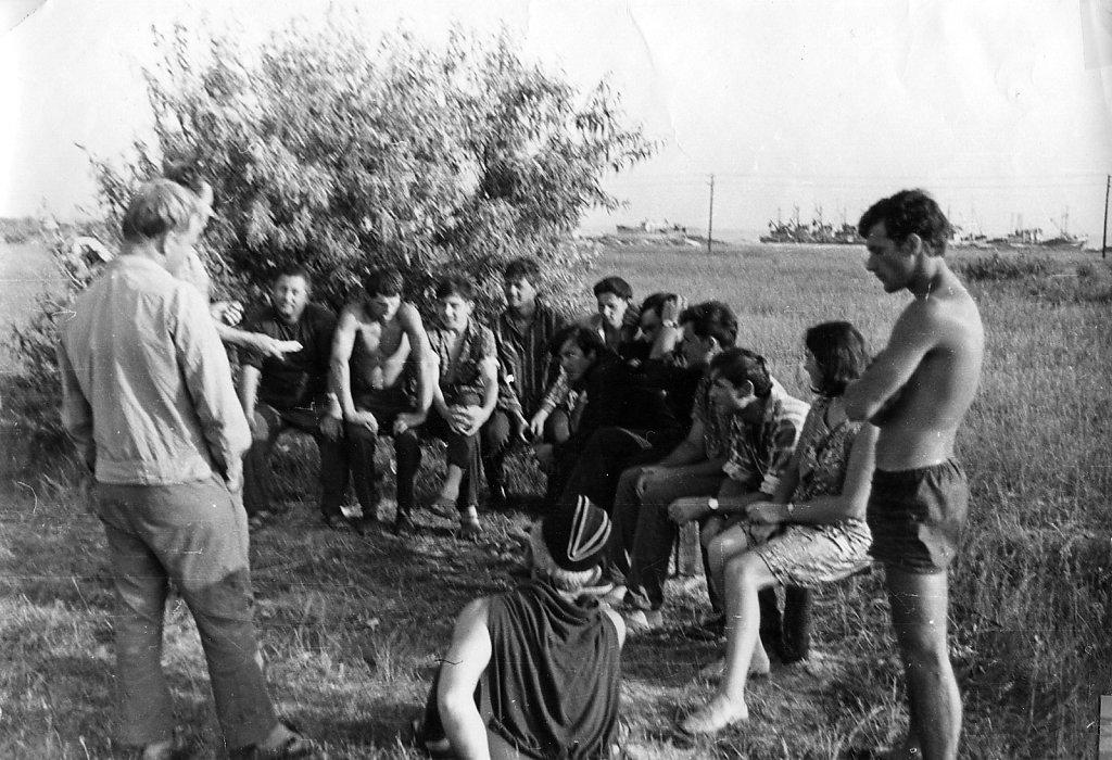 Собрание в береговом лагере