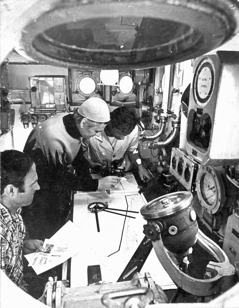 В штурманской рубке  экспедиционного судна - т/х «А. Елкин»