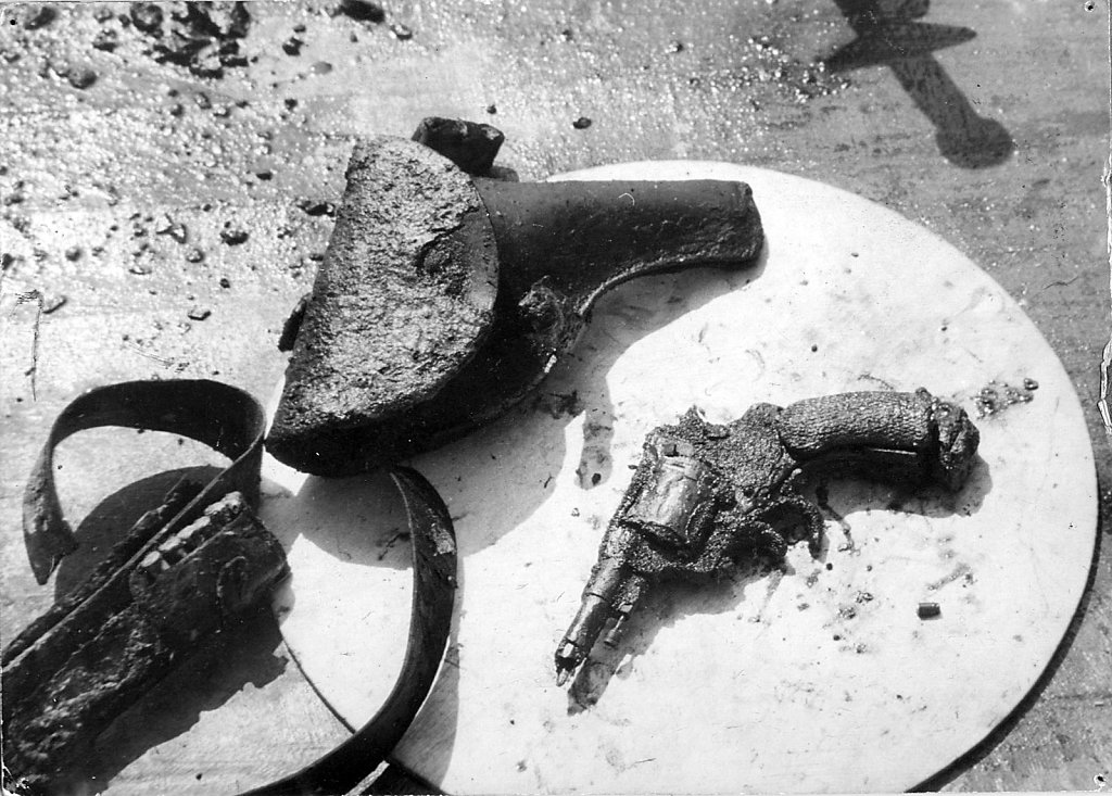 Револьвер, кобура и патронташ комиссара ЭМ «Фрунзе» — Золкина