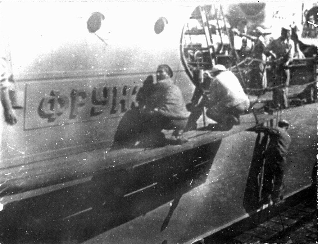 Бортовая доска с названием корабля — «Фрунзе»