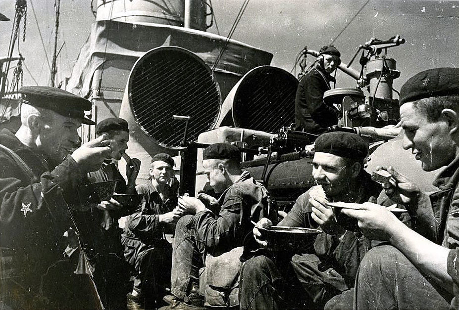 "Матросы эсминца ""Фрунзе"" обедают на палубе корабля"