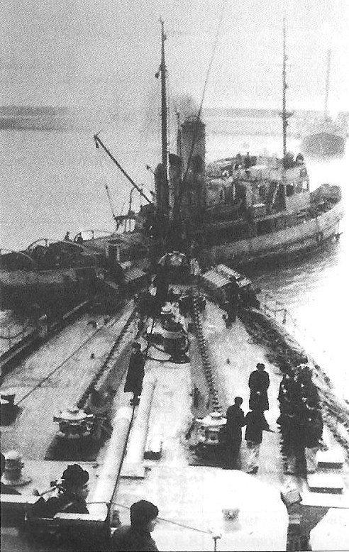 Буксир ОП-8 буксирует крейсер  КРАСНЫЙ КАВКАЗ