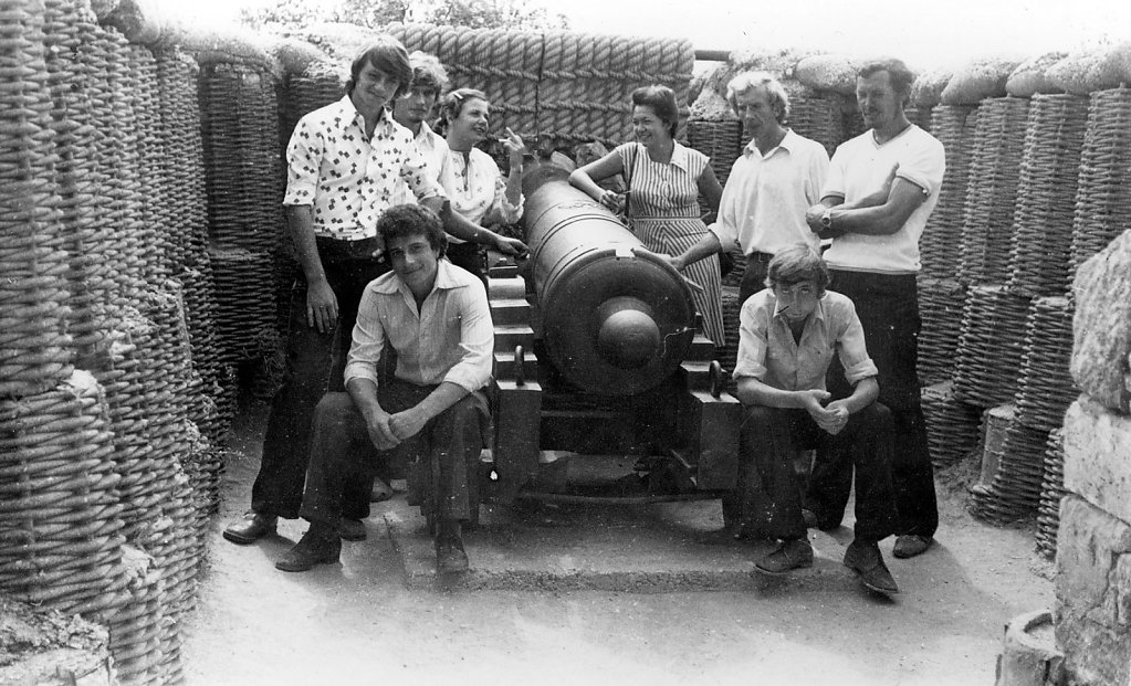 Cадковцы на отдыхе в перерыве между работой в Казачьей бухте на самолет Ил-4