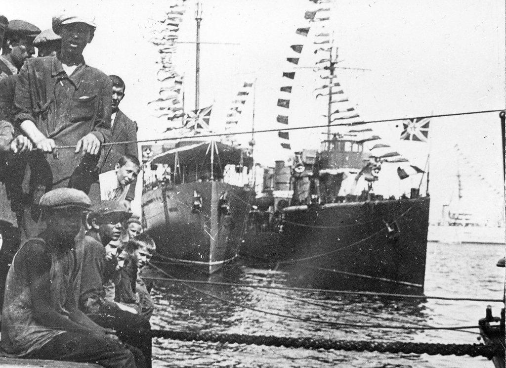 ЭМ Петровский, ФРУНЗЕ и крейсер ЧЕРВОНА УКРАИНА (вдалеке справа)