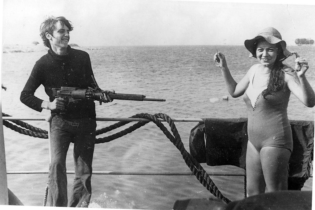 Девушка и пулемет
