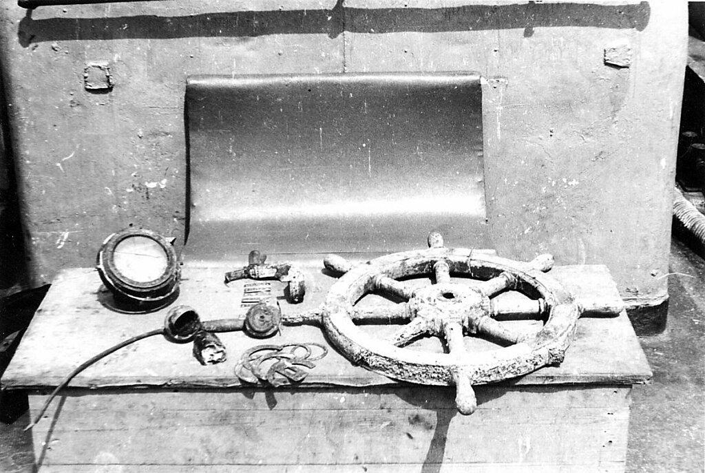 Компас, телефонная трубка и штурвал из боевой рубки ЭМ ФРУНЗЕ