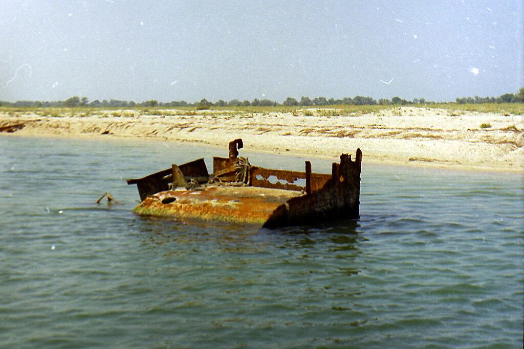 Боевая рубка ЭМ ФРУНЗЕ на отмели в Тендровском заливе #1