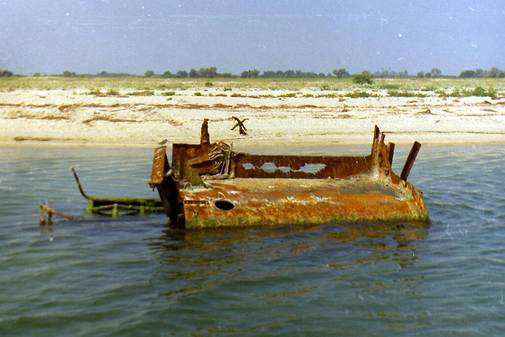 Боевая рубка ЭМ ФРУНЗЕ на отмели в Тендровском заливе #2