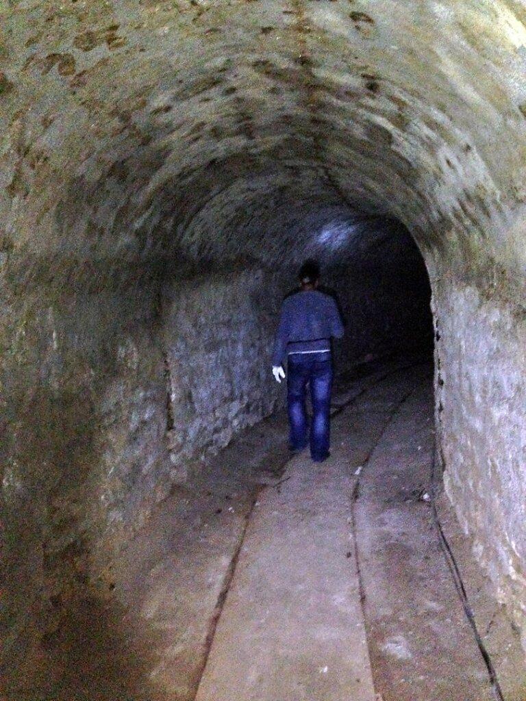 Исследователь продвигается по тоннелю к Артезианскому колодцу №2 #2