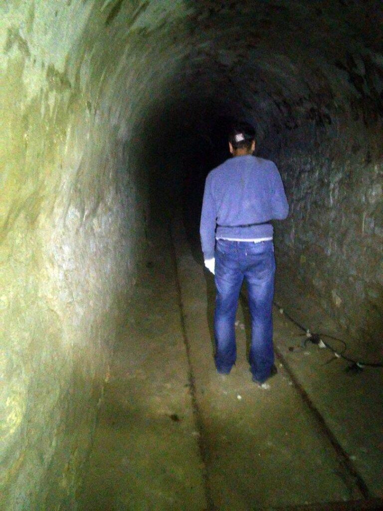 Исследователь продвигается по тоннелю к Артезианскому колодцу №2 #1
