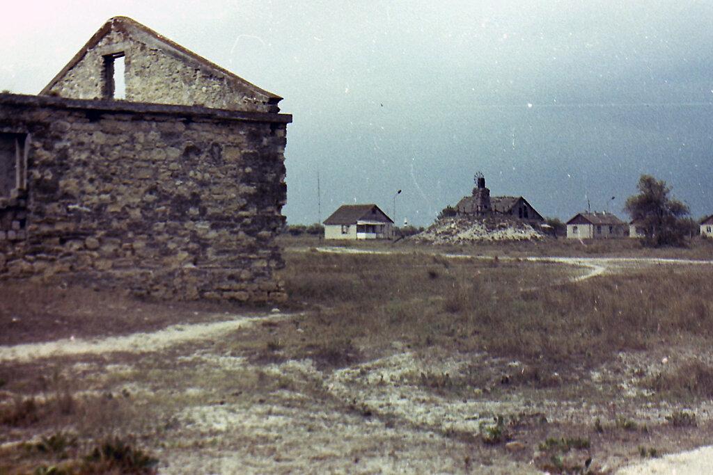 Вид на Лабаз (виден памятник защитникам Тендровского Боевого Участка)